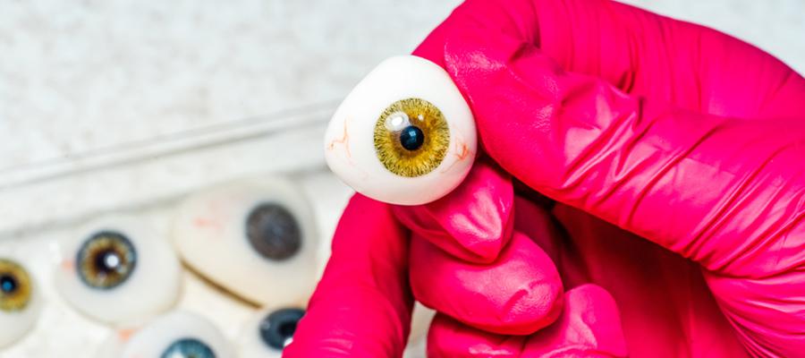 Mettre une prothèse oculaire